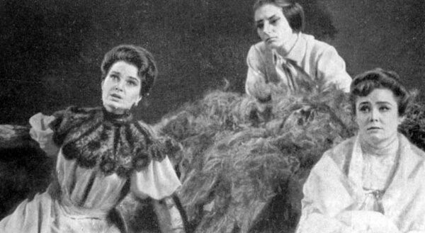 Элина Быстрицкая в роли Юлии Филипповны, слева